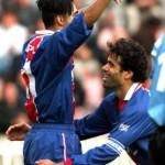 """Patrice, félicité par """"Capitaine"""" Rai, PSG/Nice, 27/04/1997 (Photo : Ch Gavelle - PSG)"""