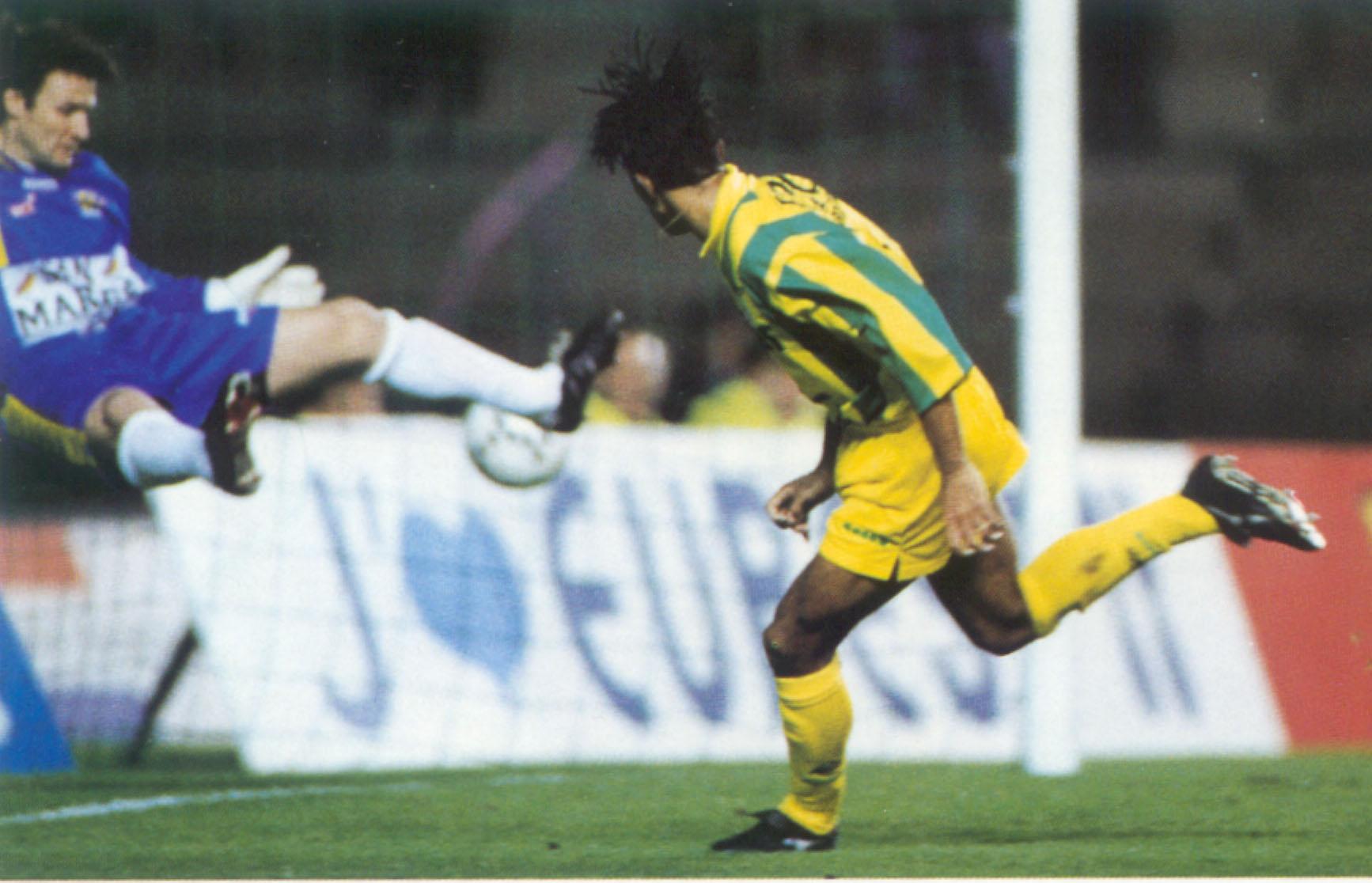 Patrice bat le gardien martégal Éric Durand - Nantes/Martigues - 11 février 1995 (Photo : D.R.)